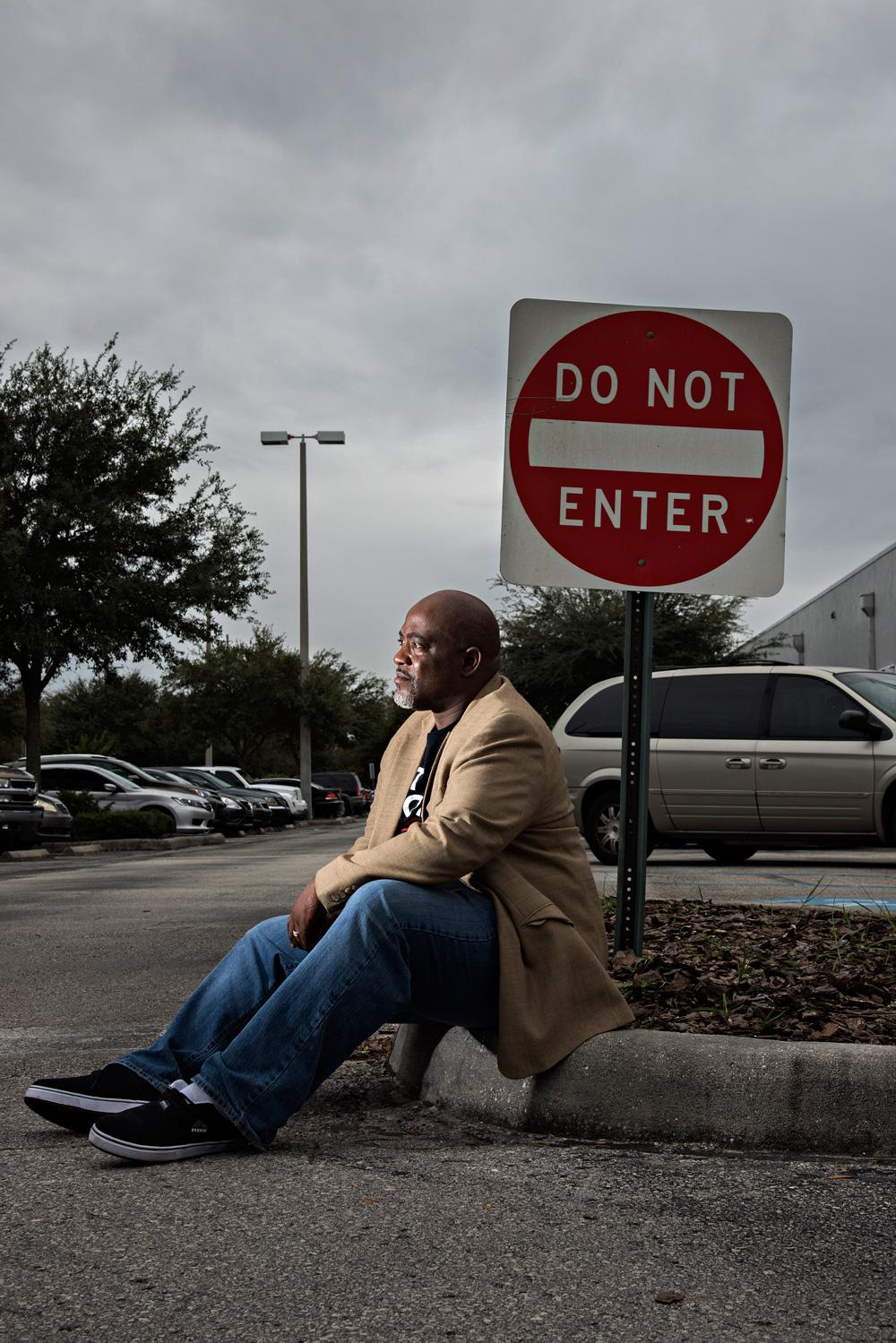 Desmond Meade, 48 ans, a dépose plus de 300 requêtes signées pour la restitution des droits au bureau du responsable des élections, comté de Hillsborough, 4 décembre 2015. Photo: Melissa Lyttle for The Intercept