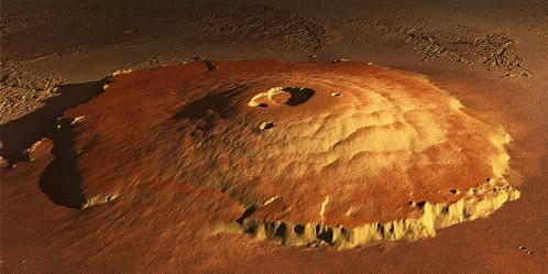 Le plus haut relief connu du système solaire : Olympus Mons, volcan bouclier culminant à 21 000 m au-dessus du niveau de référence martien.