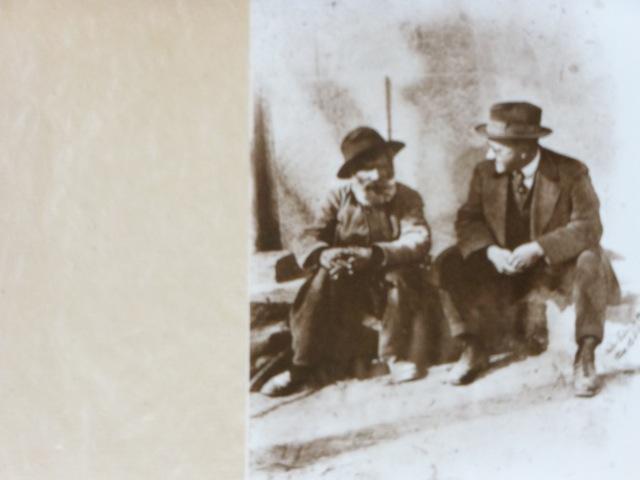 Germain Nouveau et l'un de ses proches, dans une rue d'Aix-en-Povence, carte postale éditée par Maïté Pin-Dabadie. Le tirage de cette photographie fut effectué un peu après le décès du poète, en 1921.