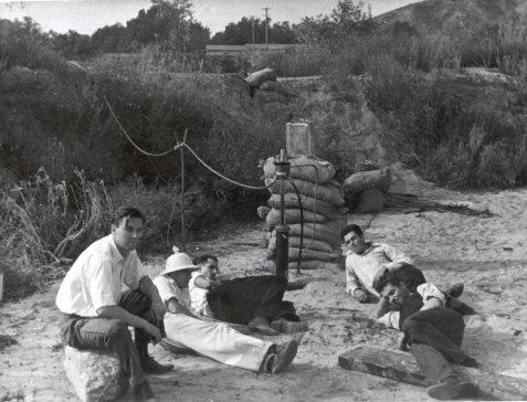 Scène de nativité : les premiers tests dans l'Arroyo Seco. De gauche à droite : Rudolph Schott, Apollo Milton Olin Smith, Frank Malina (chemise blanche, pantalon sombre), Ed Forman et Jack Parsons (droite, premier plan). 15 Nov. 1936.