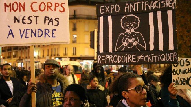 Manifestation devant le Théâtre Gérard Philipe (St-Denis) contre l'exposition «Exhibit B ».