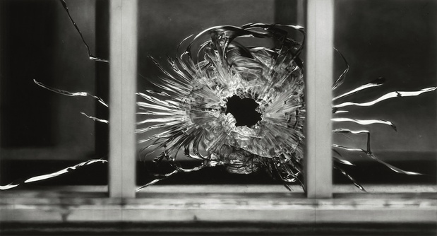 Robert Longo ,  Untitled (Bullet Hole in Window , January 7, 2015), 2015 Fusain sur papier — 193 × 363,2 cm Courtesy the Artist and Galerie Thaddaeus Ropac, Paris/Salzburg. Photo: Charles Duprat