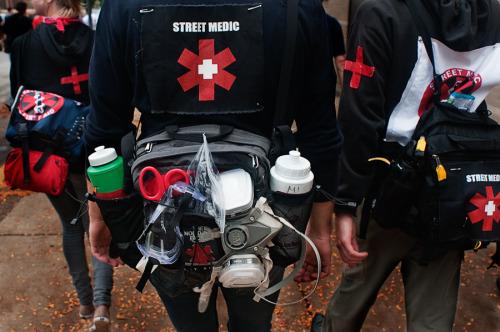 """Les """"street medics"""" ont été créés par des volontaires pour aider les blessés pendant les luttes des années 2000."""