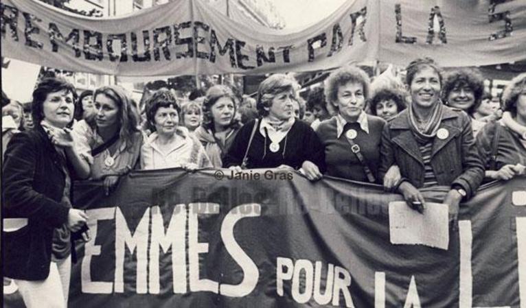 Une manifestation du MLF en 1979 à Paris. Devant la banderole, Martine Storti, et, derrière, Sophie Chauveau, Luce Irigaray, Simone Iff, Huguette Bourchardeau et Maya Surduts / Crédit : Janie Gras.