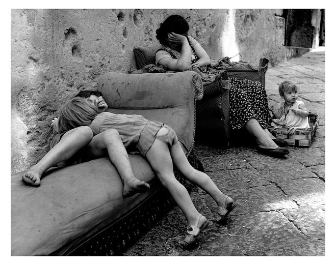 Sabine Weiss, une rue à Naples, années 50