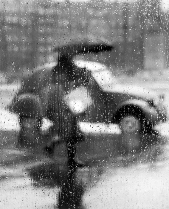Sabine Weiss, 2CV sous la pluie à Paris 1957