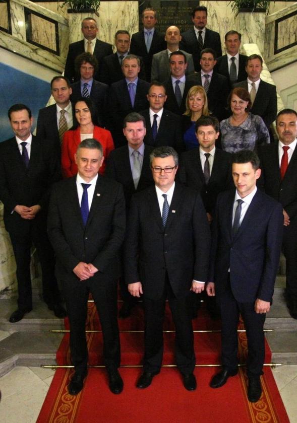 Le nouveau Premier ministre croate, Tihomir Oreskovic (au centre), posant le 22 janvier au Parlement de Zagreb, avec les membres de son cabinet, parmi lesquels Zlatko Hasanbegovic (troisième rang au centre avec les lunettes).    Photo EPA