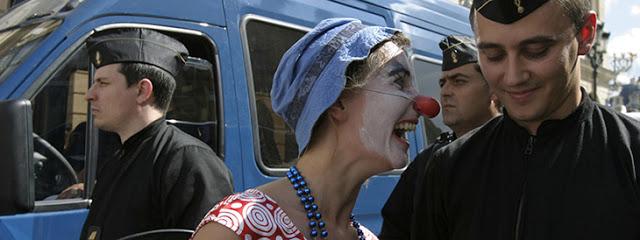 Opération de séduction de la brigade activiste des clowns, un jour de fête nationale. Paris, juillet 2007. Cyril Cavalié.