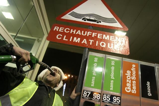 Action du collectif Bande d'arrêt d'urgence. Paris, décembre 2007. Cyril Cavalié.