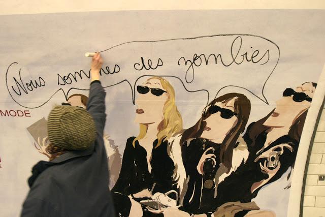En colère contre l'omniprésence de la publicité, un activiste prend pour cibles les affiches du métro parisien (mars 2006). Cyril Cavalié.