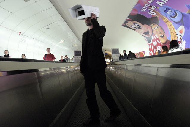Action de sensibilisation dans le métro parisien contre la vidéosurveillance, signée Souriez vous êtes filmés. Mai 2007. Cyril Cavalié.