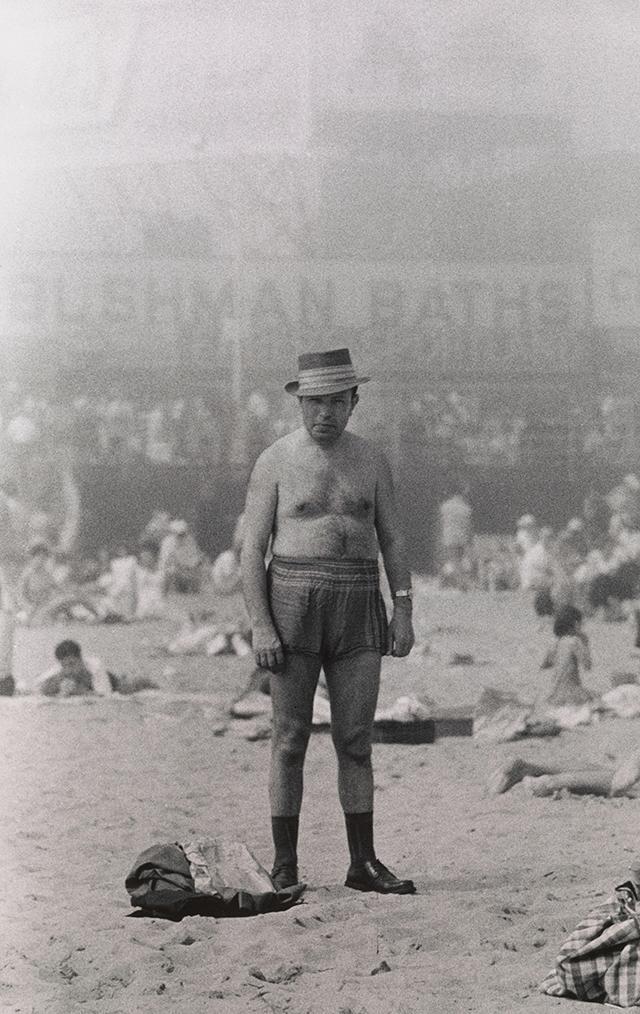 Man in hat, trunks, socks, and shoes, Coney Island, N.Y. 1960   Toutes les photographies sont publiées avec l'aimable autorisation du Met Breuer et de Doon et Amy Arbus.