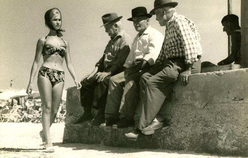 1950. L'arrivée (avec foulard !) du bikini sur les plages italiennes.