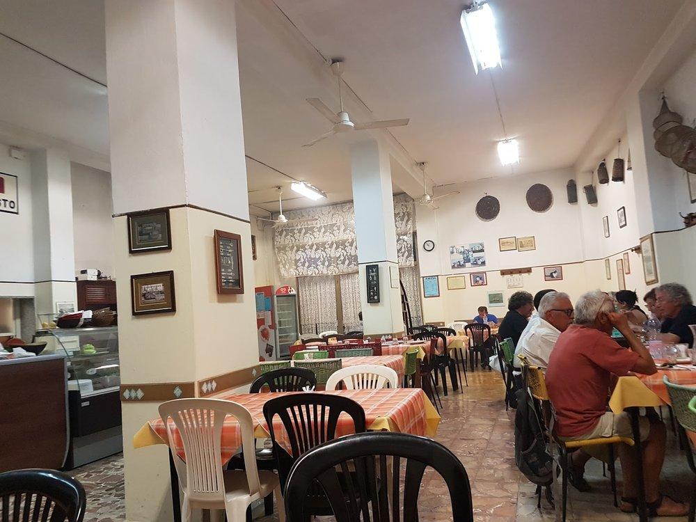 Les restaurants populaires italiens, où la nourriture est presque toujours meilleure que dans les restaus populaires français se distinguent aussi par deux types de décor: le bric à brac poussiéreux ou le style morgue, comme ici, à la Baleine (Cagliari) où le poisson est excellent