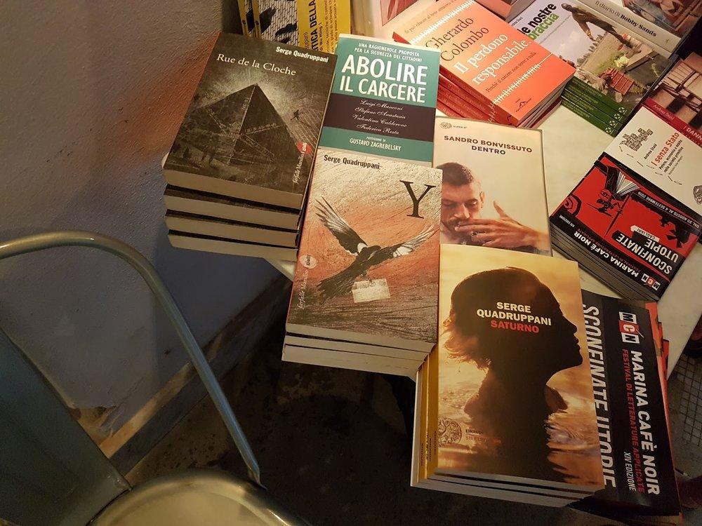La table de la rencontre, où je suis fier de figurer en si bonne compagnie: Sandro Bonvissuto et un livre pour l'abolition des prisons