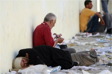 Des Palestiniens attendent au milieu de débris à Gaza, le 19 juin 2007, pendant les affrontements entre le Hamas et l'OLP.Photo : AFP/Said Khatib