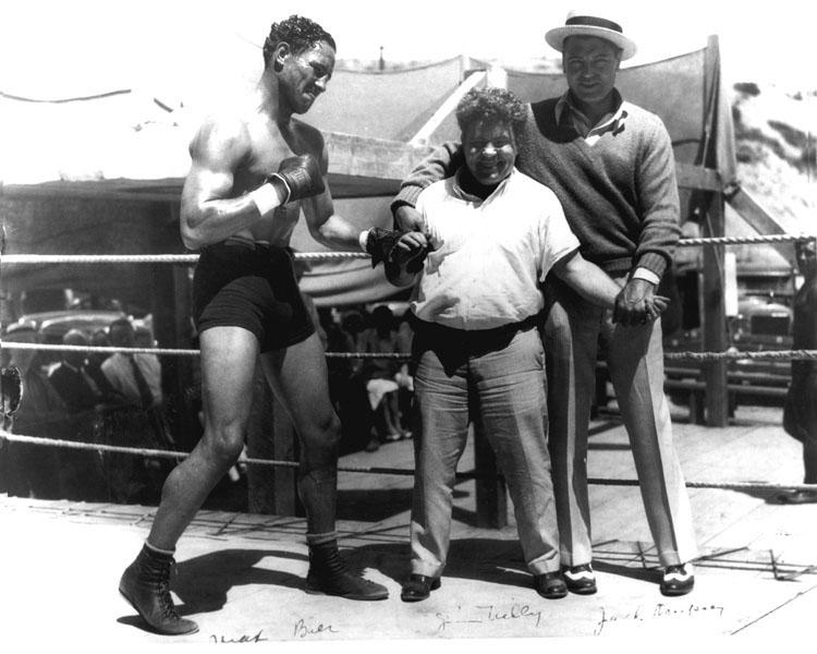 Jim Tully avec Max Baer (à gauche) et Jack Dempsey (à droite)