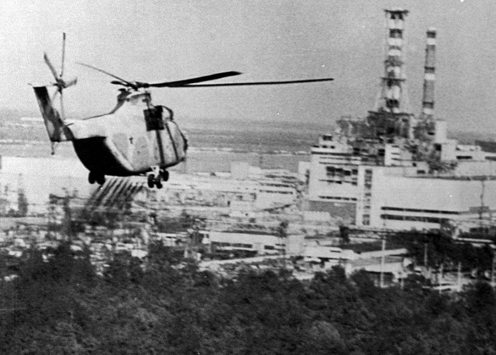 Un hélicoptère essaie de décontaminer la centrale de Tchernobyl