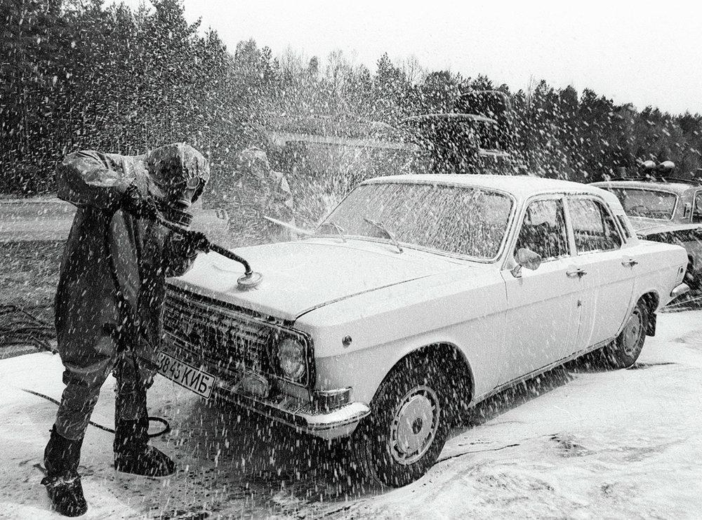 Photo Oleg Veklenko : décontamination à marche forcée (les sauveteurs de Tchernobyl ont été envoyés à la mort, il ne faudra jamais les oublier)