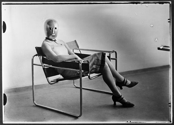 Autant d'intérêt du côté du masque que de la chaise…
