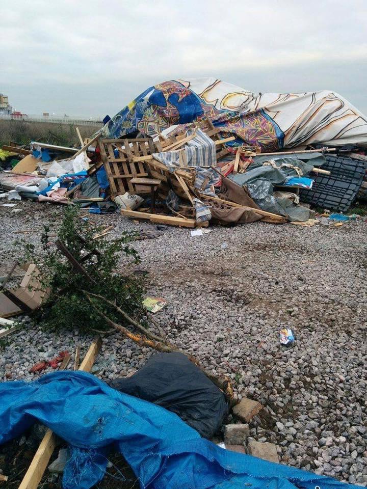 L'École Laïque du Chemin des Dunes, détruite parce que des mineurs s'y abritaient pendant la destruction du bidonville. Photo : Le Réveil Voyageur.