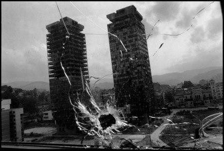 Impact de balle et vue sur les tours jumelles de Momo et d'Uzeir – Sarajevo, 1993 – ® Gilles Peress / Magnum Photos