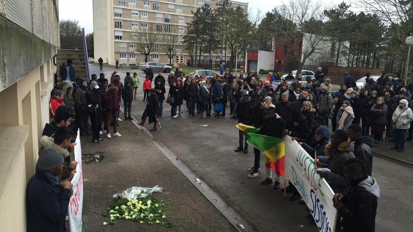 Une minute de silence a été observée au pied du foyer Bellevue où le jeune Malien est décédé. / Raphaël Doumergue / France 3 Champagne-Ardenne