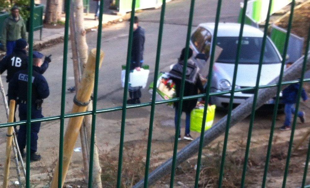 Pour la première fois les voisins solidaires qui s'organisent pour assurer une présence vitale 7jours sur 7 auprès des réfugiés laissés à la rue se font évacuer par la police. Dans les jours prochains, il semblerait que nous ayons peut-être le droit de continuer mais plus loin devant... la déchetterie ! Photo Collectif Solidarité Migrants Wilson