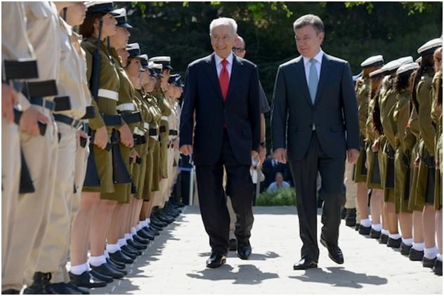 Juan Manuel Santos, en compagnie du président israélien Shimon Peres, criminel de guerre et Prix Nobel de la Paix, à Jérusalem, le 10 juin 2013. À cette occasion a été signé un traité de libre-échange entre les deux pays.