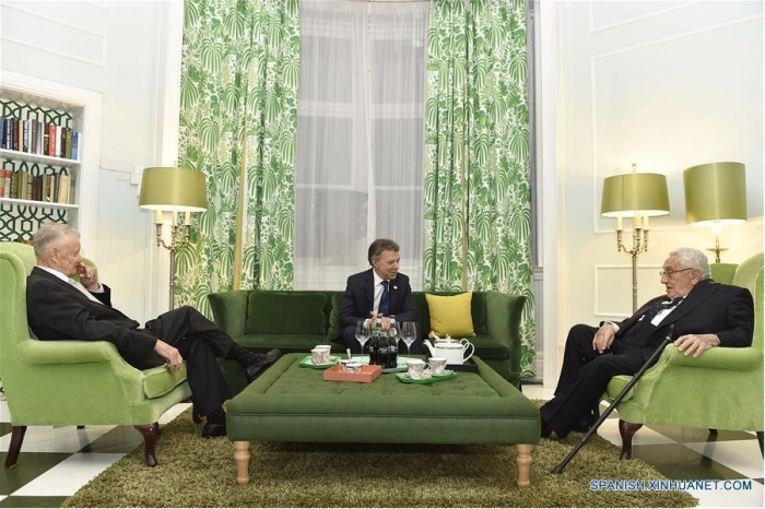 À Oslo, après avoir reçu le Nobel de la Paix, Juan Manuel Santos s'est réuni avec deux des pires criminels de guerre du monde contemporain : à sa droiteZbigniew Brzezinski et à sa gaucheHenry Kissinger (également Nobel de la Paix en 1973)