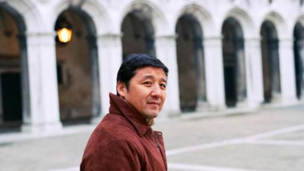 Wang Hui est professeur au département de langue et littérature chinoises à l'université Tsinghua à Pékin. En 1989, il a participé aux manifestations de la place Tian'anmen et a suite à cela été exilé en camp de rééducation dans la province du Shaanxi. Par ses critiques des politiques gouvernementales, il a émergé comme une des voix majeures de la Nouvelle Gauche chinoise. Wang a été désigné comme l'un des 100 intellectuels les plus importants par Foreign Policy en 2008. Il a reçu en 2013 le prix Luca Pacioli.