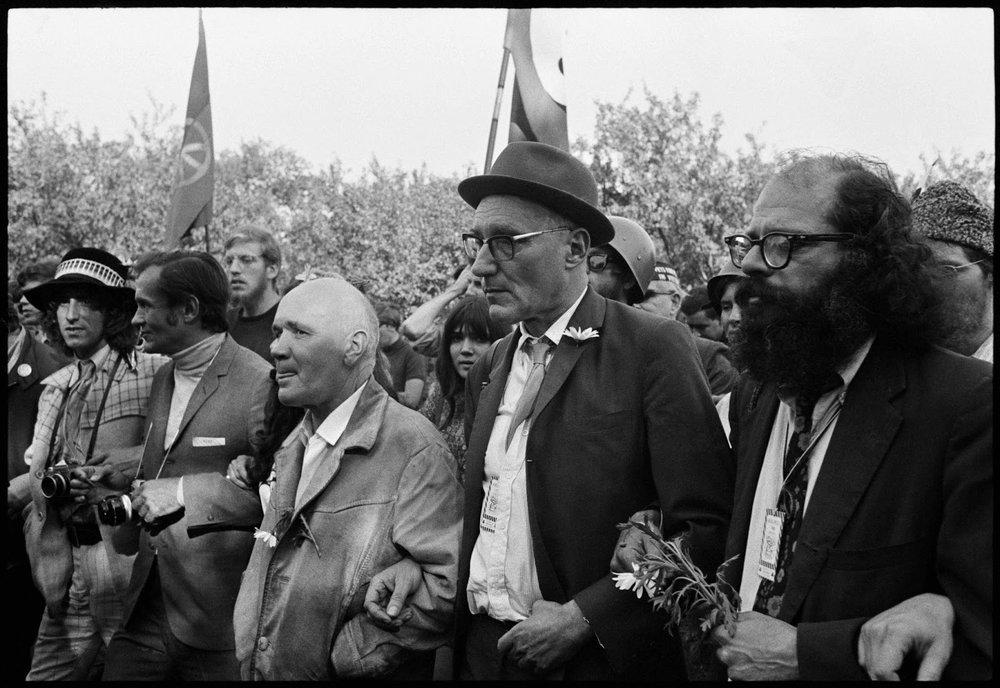 Jean Genet, William Burroughs et Allen Ginsberg dans une marche de soutien aux Black Panthers à Chicago en 1968