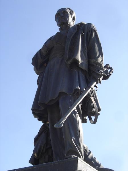 La Statue de Bugeaud  En 1852, La statue fut inaugurée à Alger. Elle se trouvait Place d'Isly au cœur de la ville. Elle traduisait le rôle essentiel du Maréchal dans la conquête et l'organisation de ce pays. En Algérie, Bugeaud participa à 5 expéditions entre 1836 et 1847. Il fut aussi gouverneur général d'Algérie. En 1844, la bataille d'Isly le vit obtenir le titre de Duc. Lorsque la France quitta l'Algérie, la statue de la Place d'Isly fut rapidement descendue de son piédestal et expédiée à bord d'un cargo, via Marseille. Elle fut dans un premier temps attribué à Albertville. Le Maréchal il est vrai, avait été colonel à Grenoble, puis commandant en chef de l'armée des Alpes à Lyon. Or, les excideuillais ne désarmèrent pas. La municipalité bien aidée par un comité de soutien, obtint le retour de la statue dans la ville où il avait vécu et où certains lieux témoignent encore de son existence. Érigée sur la place des Promenades en 1967, elle aurait du être inaugurée en 1969, mais la cérémonie en raison de la maladie du maire fut annulée.Après avoir été restauré, la statue put être inaugurée le 20 juin 1999.