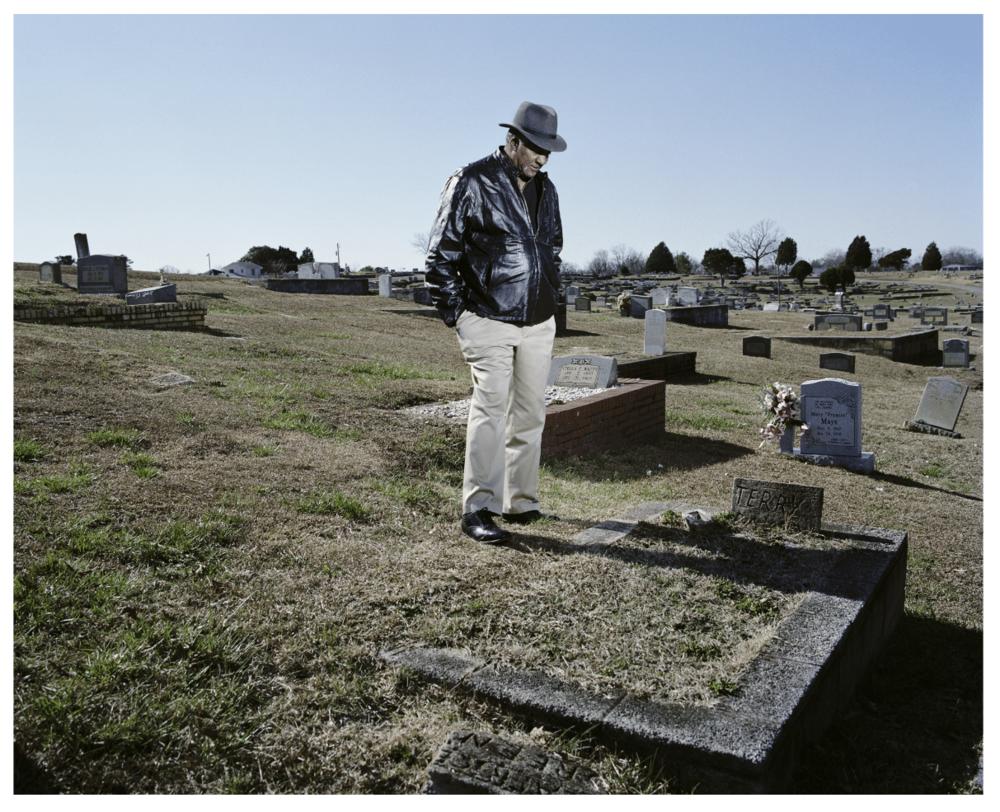 Habitant d'Aniston, se recueillant sur la tombe de sa femme empoisonnée par Monsanto Monsanto- A photographic Investigation- ©Mathieu Asselin.jpg