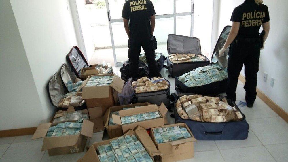 Ces quelques modestes millions ont été trouvés par la Police fédérale dans un appartement de Bahia qui servait de planque à un ex-ministre,Geddel Vieira Lima, aujourd'hui en prison pour corruption et blanchiment d'argent.