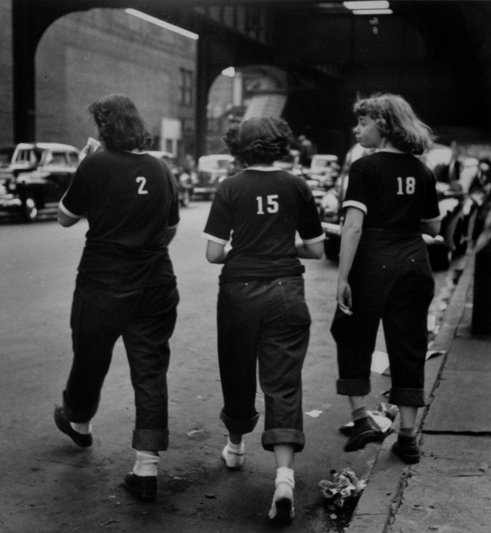 New York, N. Jay Jaffee, 1950. N. Jay Jaffee était un des 178 membres de la formidable    New York Photo League   , un groupement de photographes amateurs et professionnels (quelque chose de rarissime) qui s'était donné pour mission de documenter la vie dans les quartiers et les luttes sociales à New York. Elle a été dissoute pour communisme en 1951, pendant la chasse aux sorcières. Paul Strand, Berenice Abbott, Lewis Hine, Arnold Newman, Lisette Model, Helen Levitt, Aaron Siskin, Max Yavno, Louis Stettner, Weegee et Arthur Leipzig en ont été membres. Excusez du peu.