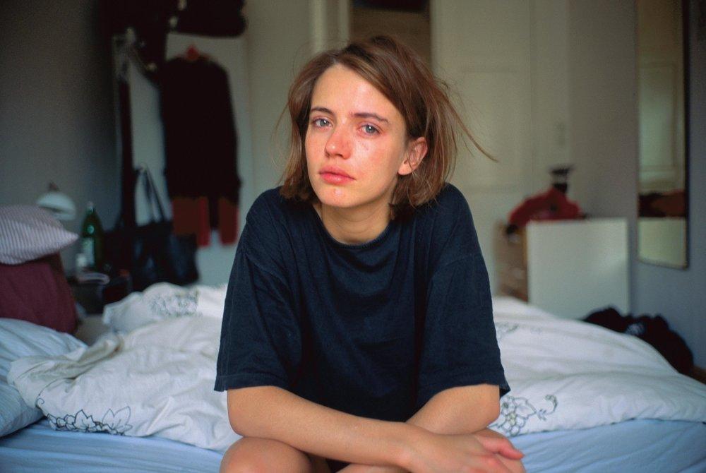 Nan Goldin - Amanda crying on my bed, Berlin 1992. Réédition chez    Steidl    d'un grand livre de photos,  The Beautiful Smile,  de Nan Goldin, 35,00 €