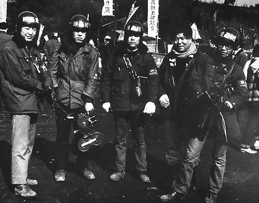 Membres du collectif Ogawa Pro , Masaki Tamura, Yoshio Shimizu, Mareo Yumoto, Shinsuke Ogawa, Katsuhido Fukuda (1970) © Courtesy du Centre culturel de l'Athénée français, Tokyo