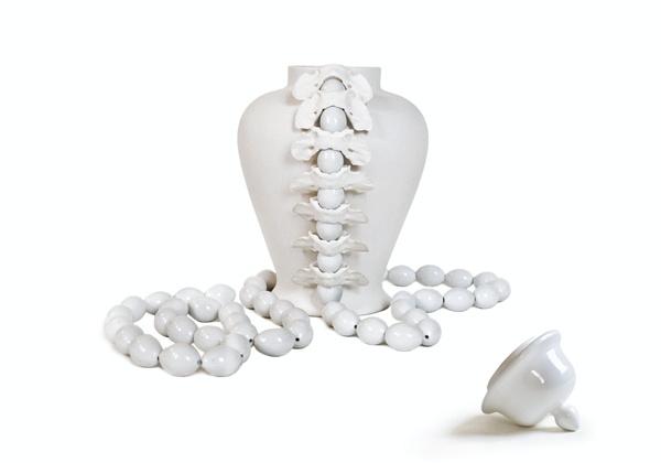 Célia Nkala, Vase vertébral , 2012  Biscuit de Faïence, Porcelaine émaillée, Os Sphénoïde animal —16 ×30 cmCourtesy de l'artiste et la Galerie Da-End