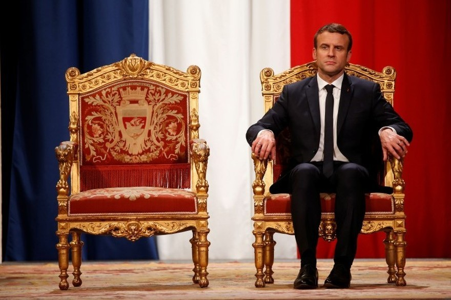Macron trône.jpg