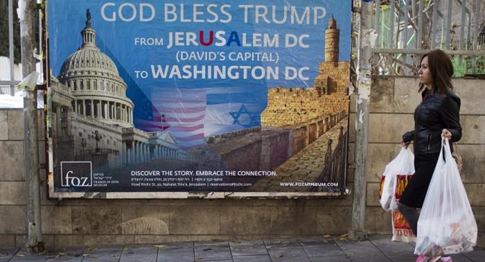 """"""" De JerUSAlem DC (David's Capital) à Washington DC, Dieu bénisse Trump"""" : affiche du groupe chrétien sioniste Friends of Zion (Amis de Sion)"""