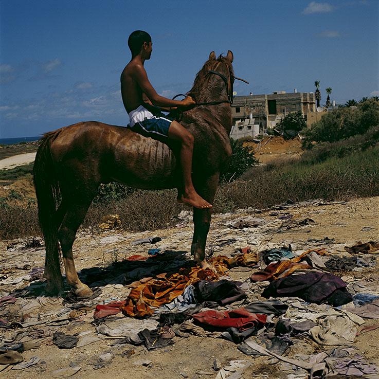 ©Didier Ben Loulou, SUD-  Jaffa, Adolescent montant à cru ; quartier Ajami, 2005, Jaffa