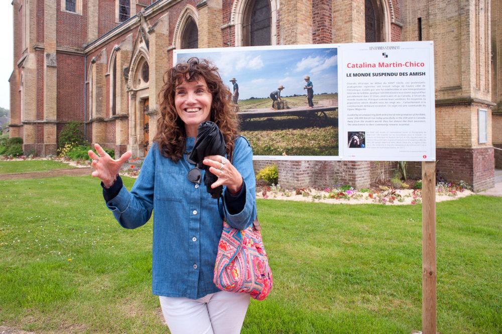 _CATALINA_MARTIN_CHICO_HOULGATE2018, devant son exposition, Le monde suspendu des Amish. photo©pascalTherme2018