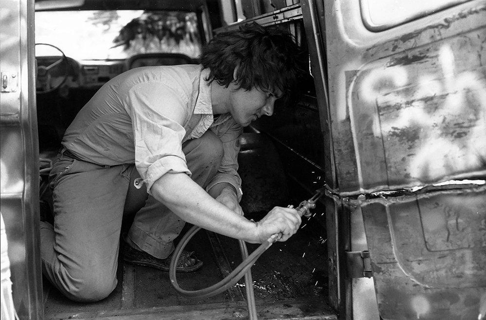 Gordon Matta-Clark découpant au chalumeau son Graffiti Truck  , vers 1973- Courtesy The Estate of Gordon Matta-Clark et David Zwirner, New York / Londres / Hong Kong. © 2018 The Estate of Gordon Matta-Clark / ADAGP, Paris