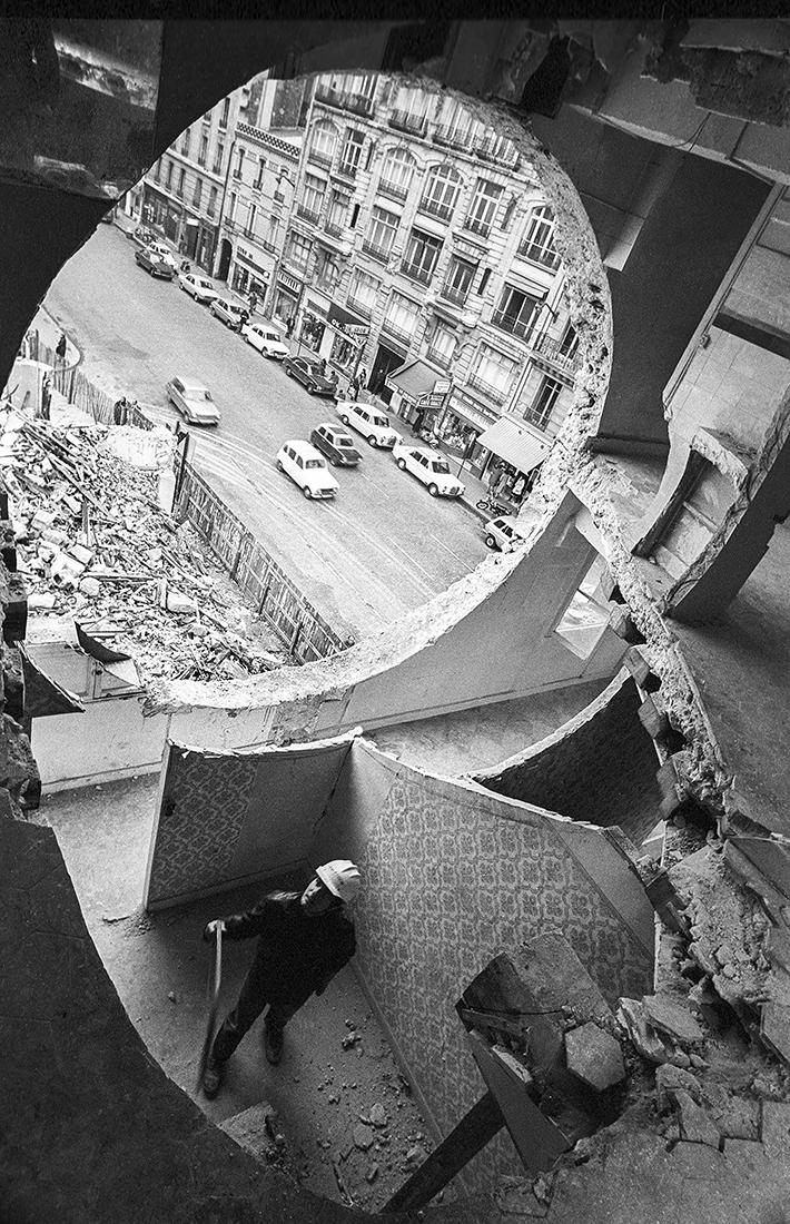 Gordon Matta-Clark  travaillant à  Conical Intersect  Rue Beaubourg, octobre 1975 Marc Petitjean© Marc Petitjean