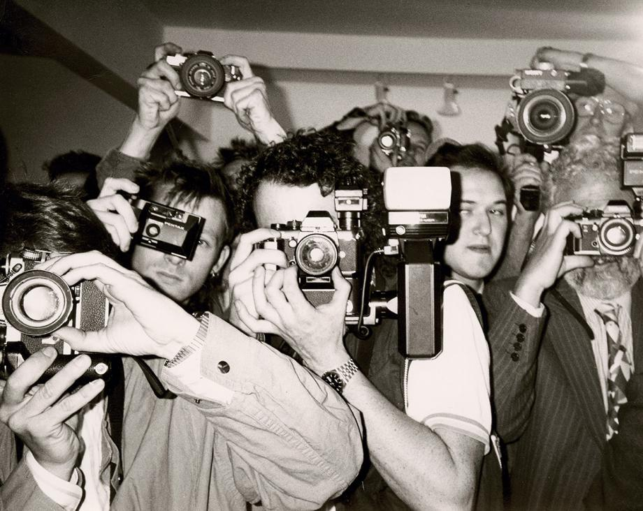 Unidentified Photographers , c 1981, by Andy Warhol, gelatin silver print.  The Andy Warhol Museum, Pittsburgh; Contribution The Andy Warhol Foundation for the Visual Arts, Inc.  'Contact Warhol: Photography Without End', exposition au  Cantor Arts Center , université de Stanford, USA, du 28 Septembre 2018 au 6 janvier 2019.