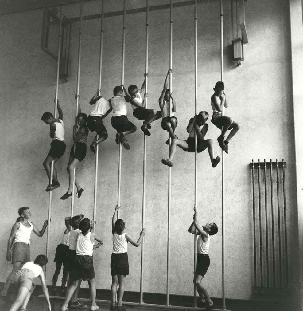 Photo Marianne Breslauer. L'entraînement des premiers de cordée.