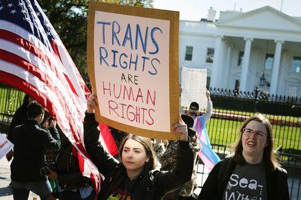 Christian Perrot    A l'heure où nous apprenons que l'administration de Trump a l'intention de déclarer le genre comme biologique et immuable, sur la base du sexe déclaré à la naissance, et de revenir ainsi sur le droit à un changement d'état civil pour les transgenres, et où une partie de la gauche, aux USA comme en France, commence à concéder à la droite qu'elle en a trop fait pour les minorités (ce qui est déjà discutable en fait), nous voulons réaffirmer avec force aux uns et aux autres notre soutien total au combat des transgenres pour le respect de leurs vies, de leurs droits et de leurs choix.