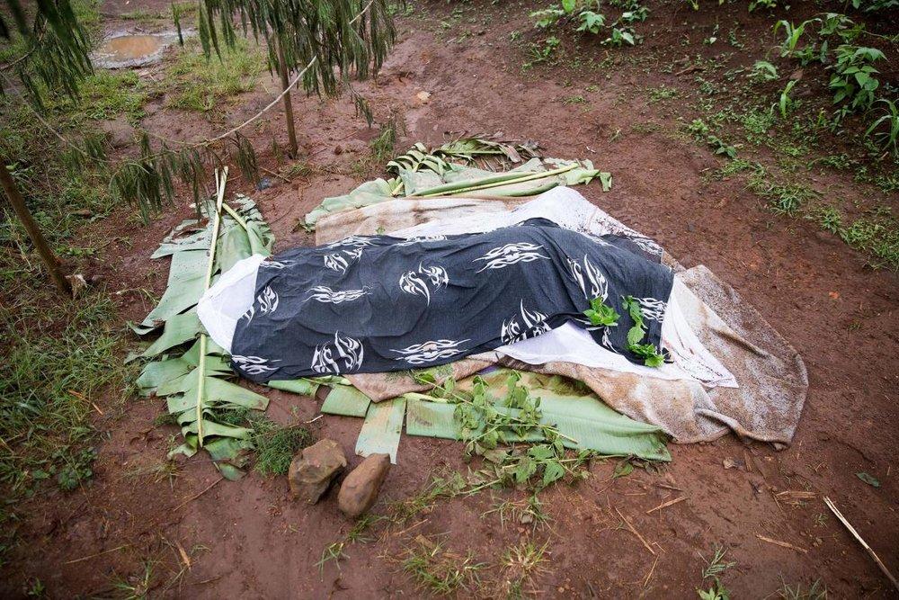 Un corps recouvert près de Belo, à la suite d'affrontements au début du mois d'avril 2018 entre les forces de sécurité et les séparatistes armés dans la région du Nord-Ouest, au Cameroun. Avril 2018. © 2018 Privé