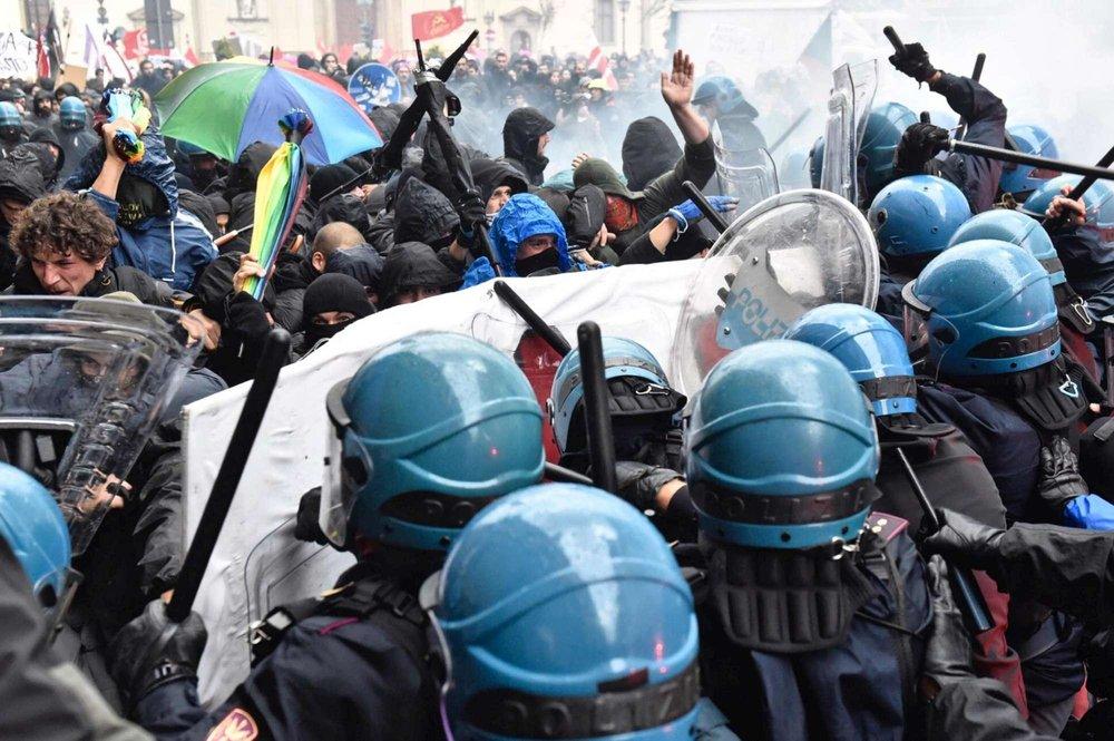 """Manifestation """"C'é che dice No"""" contre un meeting de Renzi à Florence"""